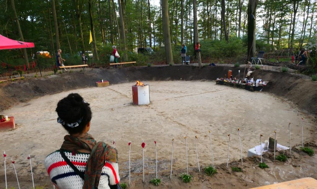 KIVA, 2019-08-16, kiva met altaren en vuur - kopie (2)