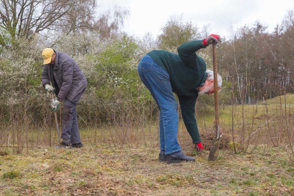 HTF, 2021-04-10, Christine, Joop Verburg en Eef steken boompjes in Schepping, foto G. de Vries-1 - kopie